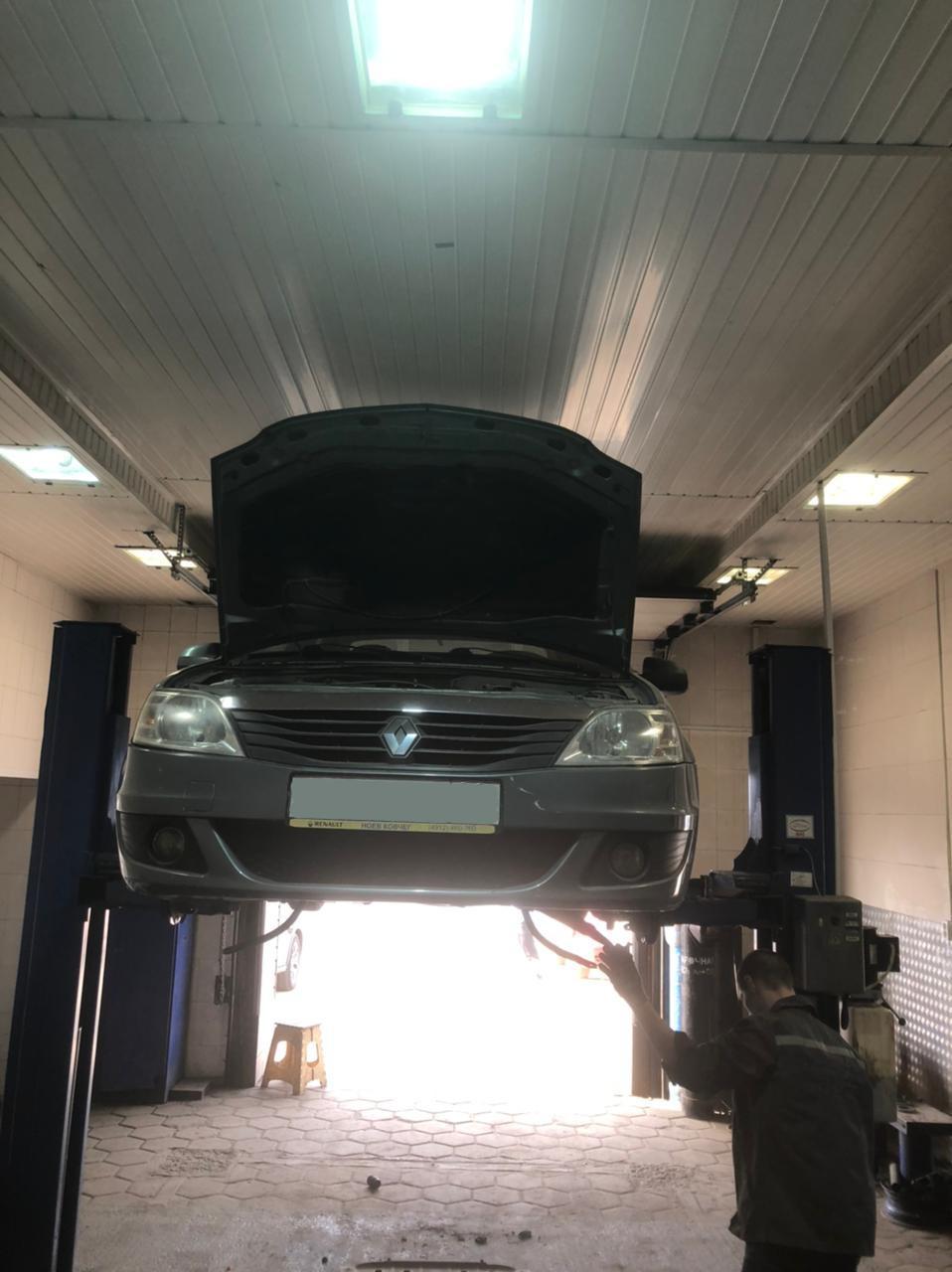 Фото Renault в процессе восстановления геометрии кузова